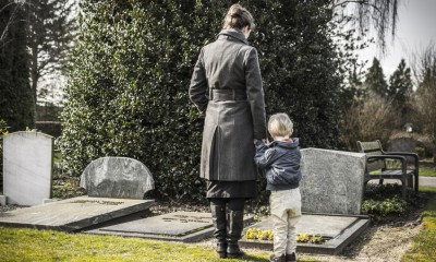 Frau und Kind am Grab