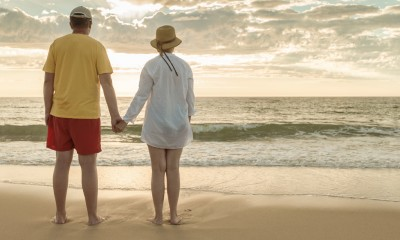 Rentner Ehepaar am Strand
